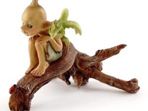 Pixie med baby drage på træstub
