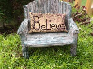 """Fe bænk med """"Believe"""" pude"""