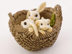 Kurv med tre kaniner