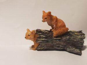 Miniature ræveunger på træstub